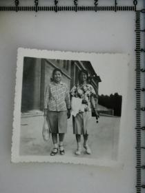 20201213-6 年代老照片  好姐妹一起走
