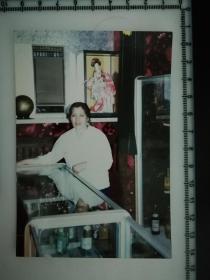 20201213-6 年代老照片  在八十年代 外贸商店柜台 清酒 日本人偶 应有尽有