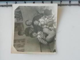 20201213-2 年代老照片 做在奶奶的康又上 洋娃娃