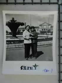 20201213-6 年代老照片  美女长春站前合影