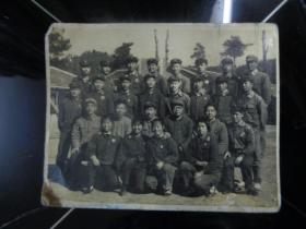 老照片:江光仪器总厂革命委员会负责同志和2武排全体同志合影留念(1969年12月25日)