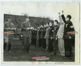 民国1943年5月重庆, 全国三民主义青年团三青团大会上,蒋介石检阅团员老照片,身后陪同的军官是蒋介石十三太保之一国民党党卫军魁首康泽,三民主义青年团的名字也是由他建议而被采纳的,其受蒋对其宠信可见一斑。21.6X16.8厘米