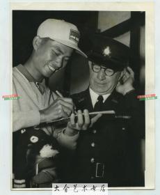 中华民国高尔夫球选手陈清波参加加拿大杯赛时在皇家墨尔本球场为裁判员签名老照片。21.6X16.7厘米