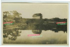 民国1923年北京东便门以西内城墙一带老照片, 河道是东护城河。远处高楼是内城东南角楼。左侧大树下附近就是东便门,当时夏季丰水期,河水倒影着角楼,美感十足,城墙下可清楚见到东便门西水关(外城进水口)。
