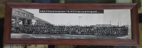保真原版照片:中国共产党铁道部长春机车工厂第二届党员代表大会全体代表合影1963年2月24日(80厘米×21厘米)