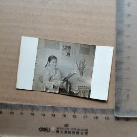 老照片,1977年,读报女人,尺寸图为准