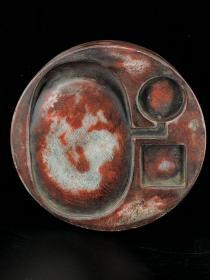 白端,因长期研磨朱砂而形成红色朱砂包浆故又称朱砚。正圆形,砚面简洁素雅实用,砚背部刻诗文,落款:陈伯陶。