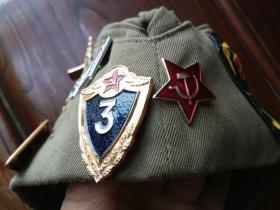 军迷藏品…前苏联军帽一顶和纪念章,徽章17个合售,品见描述包快递发货。