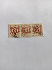 """香港邮票 50C 三联体 女皇龙狮图邮票 1982年发行 伊丽莎白二世 香港殖民地时期邮票 伊丽莎白二世(1926年4月21日—)现任英国女王,英联邦元首、国会最高首领,全称为""""托上帝洪恩,大不列颠及北爱尔兰联合王国以及其他领土和属地的女王、英联邦元首、基督教的保护者伊丽莎白二世""""1952年2月6日登基;1953年6月2日加冕女王  英国殖民地邮票"""