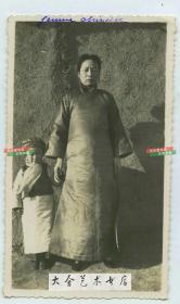 民国时期冬季天津穿棉旗袍的女子与一小童合影老照片