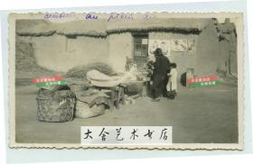 民国时期天津一带村口售卖杂货的摊贩老照片