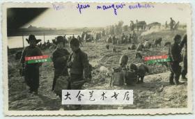 民国时期天津北洋机器局东局子法国兵营附近,捡拾军营倒出的乏煤煤核一类物资的中国百姓老照片。
