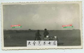 民国时期天津的大路边推着独轮车卖私酒的小贩老照片,当时酒属于专门税务管制商品,登记注册的商户才可经营,卖私酒要冒很大风险。