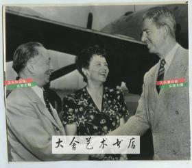 1947年美联社新闻传真照片,美国缅印战区美军总司令A·C·魏德迈中将离开美国前往中国进行考察,与赶来机场送行的中华民国驻美大使顾维钧握手。21.9X18.9厘米。他在中国考察了整整一个月.这期间,他先后到了南京,北京,天津,沈阳,抚顺,青岛,台湾等地,之后总结到:国民党中央政府必得立即施行彻底的深远政治和经济的改革,徒有军事力量不能消灭共产主义。