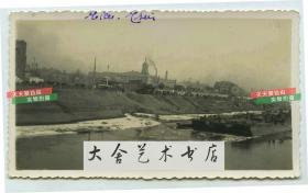民国时期天津运河航运以及岸边的尖顶钟楼型建筑--东站广场前的天津邮政总局老照片。