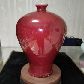 清代红釉美人瓶一件,釉水红润饱满。