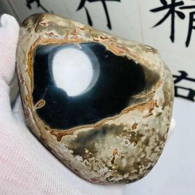 """陨石原石,""""黑乌金""""陨石,""""黑钻陨石""""原石,极为罕见,表皮金黄黝黑,内部""""乌黑发亮""""大块头2斤半多重,可视冲击脉,中磁,资源已基本枯竭,买到就是赚到!此陨石属于古陨石,年代较久,某些陨石表面特征已不明显,资源极其稀少,可遇不可求,百年难得一件,极为罕见十分难得,收藏佳品"""