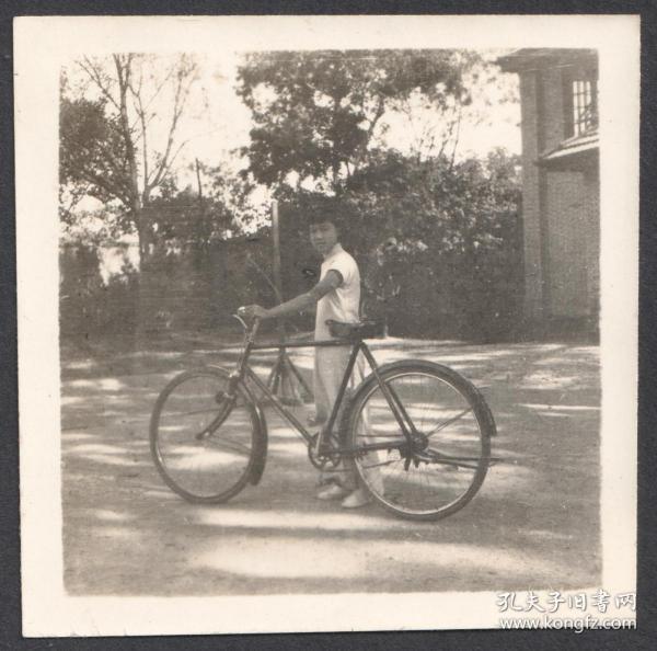 民国老照片,推着自行车拍留念照的女孩儿
