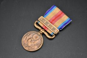 (乙3599)侵华史料《支那事变从军记章》一枚 七七事变爆发后,日本政府根据第496号帝国敕令,制造了支那事变从军纪念章,颁发给参加此次战役的所有日本军人。本章为铜质正连以下的军人佩戴(正连级以上军人佩戴银质),一只金鸱两侧陆海军军旗。重量:28.70g