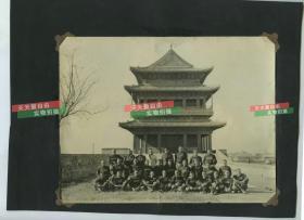 1920年代银盐老照片一组三张,美国海军陆战队在北京正阳门东侧的城墙上集体合影20.5X15.6厘米。背面有两张民国时期宽幅北京名胜上色银盐照片,一张为天坛寰丘,一张为北海五龙亭,尺寸均为17.2X5.6厘米
