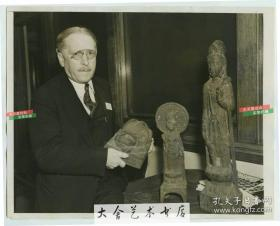 1938年美国哥伦比亚大学矿业学院托马斯教授,展示他1936年从中国南京地区购买的铁铸精美绝伦佛像,老照片,22.8X18.1厘米。民国时期大量中国文物就这样被盗卖流失海外