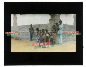 清代民国玻璃幻灯片-----民国时期北方胡同里的妇女和儿童手工上色玻璃幻灯,很漂亮