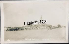 【照片珍藏】民国安徽安庆迎江寺振风塔及长江边古建筑群等景象,可见江中和岸边停靠的木船,与大多数该处场景不同的是左侧有一排民居建筑群。老照片内容少见,甚为难得
