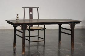 文房榉木制画案配官帽椅一套。制式简洁,木质,榉木,尺寸200*80*高82-品相如图,           结缘   价优!