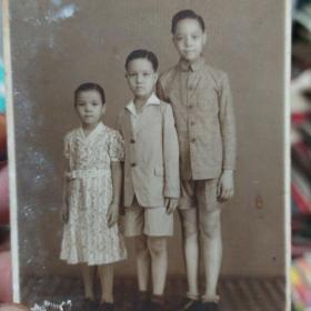 老照片《兄妹仨》非常漂亮 民国时期 1940年书品如图