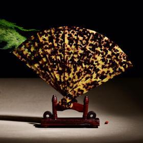 采用镂空雕刻扇子摆件 产于黄海、南海、东海、热带、及亚热带地区。 对头晕发热,手脚冰凉,活血化瘀等功效,上手效果高端大气上档次,毕竟罕见稀有,且非常珍贵,摆在家里,办公桌上,摆在茶几上非常有欣赏价值,是非常具有收藏价值的。配实木底座 扇子尺寸:长197mm宽37.5mm 扇子重量:107.6克 福利价:880元.