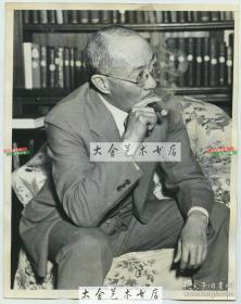1937年中华民国驻美国大使王正廷在美国华盛顿参加媒体见面会,代表中华民国政府对美国人民对其抗日战争从道义到精神上的支持表示感谢 22.8X18厘米