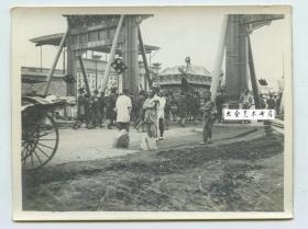 1913年北京东四一带大市街牌楼建筑和大街上豪华的白事队伍老照片C。