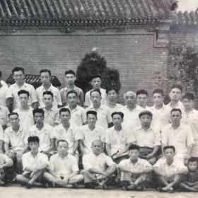 1953年河南大学教职工欢送教务长刘介愚同志留影志念,老照片一张。