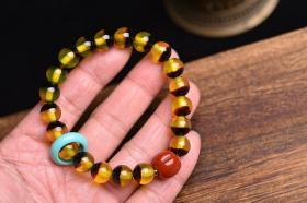 """顶级黄金甲养生手串,具有凉血解毒、平肝镇惊等功效。海料与黑料不同,整串均是质地晶莹剔透的金黄色,花纹清晰美丽,色泽柔和明亮,用它做成的珠子,宝气华盛,品位高贵典雅,是一种神奇而不可思议的""""海洋瑰宝""""。尺寸10毫米,总重约18.4克,搭配——s瑚瓜珠——松石跑圈。特价180元包邮不议价"""