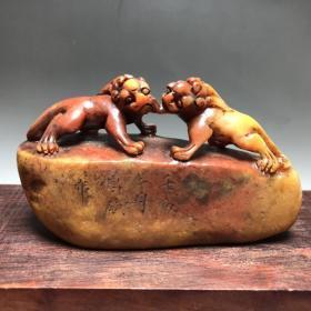 珍品 篆刻家壬辰二月昌硕作 老料寿山石原石原皮 雕刻双螭䗂随形摆件印章