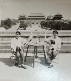 两女子在天安门城楼上坐在桌子边,有水杯茶壶,不是一般人,包围曝光照片三张