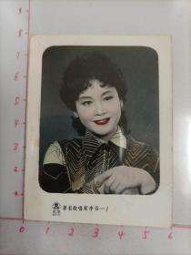 八十年代光荣照相馆照相馆拍摄《著名歌唱家李谷一》原版手工上色老照片1张