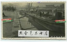 民国时期天津白河上的拖船码头老照片,远处可见万国桥也就是后来的解放桥, 拍摄位置大约在现代的和平区一带。