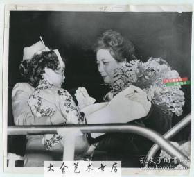 1952年蒋介石夫人宋美龄访问美国旧金山,在机场受到了华人儿童敬献的鲜花,美联社新闻传真照片一张。20.5X18.5厘米。