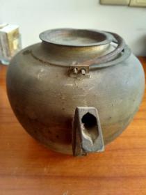 纯手工制的,老铜壶一把。
