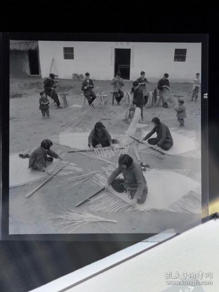 1964年底片两种:南陵县弋江江公社集体副业增加收入,社员们在编竹席