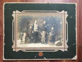 【民国老照片】1930年香港艳芳照相馆 全家合影照 照片背面有题字 卡板尺寸:24×31cm