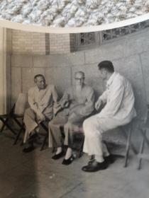 1956年8月我国现代雕塑大师中国美术馆第一任馆长刘开渠大师与陈叔通原版照片,品相保存极好,由日本美术协会北川桃雄拍摄