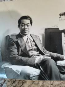 1976年范曾年轻时照片2张,范曾早年黑白极其稀见,清晰度极高,品相好