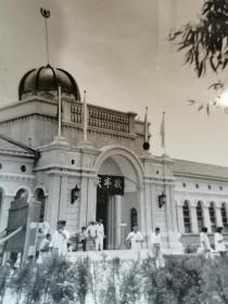 1958年黄河博物馆举办河南省《小麦庆丰收展览》,博物馆前进行筹备工作时的原版照片,目前所能见到的黄河博物馆最早的实物照片,很少