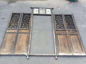 格栅门一套清中期,榆木,楠木!中间门框尺寸:高2.4,宽95两侧门尺寸:高1.9,单片宽46