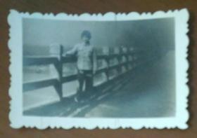 站在桥上的女子照片
