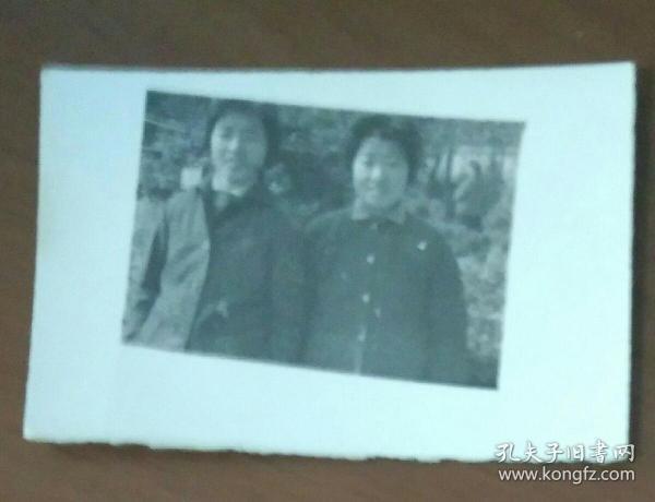 二女子在街上合影照片