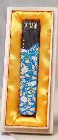 荣宝斋精制《万壑松》古琴款墨条1锭1盒,琴墨重1两(30克),单支精美木盒装装,品质为特制纯桐油顶烟墨。