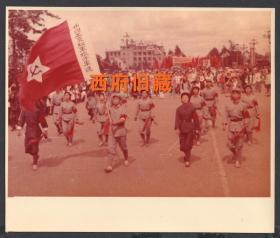 少见文革时期的彩色老照片,1976年昆明广场上庆祝五一六通知发布十周年,娘子军连